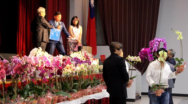 晚會中有近百盆的蘭花為摸彩獎品。