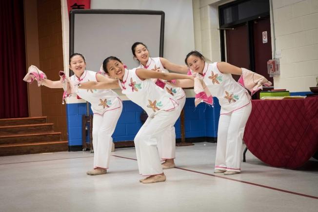 華美聯誼中心青年舞蹈社將表演曼妙的民族舞。 (記者張慧嬋╱攝影)