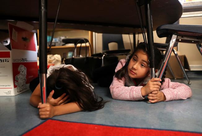 加州河濱、聖伯納汀諾等地過去三個禮拜小地震1000多次,令人擔心接下來會不會大地震。圖為加州學童參加地震避難演習。(Getty Images)