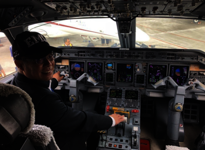 楊宿智40歲開始學開飛機,用四年時間拿到固定翼、螺旋槳、商務、及民航機駕駛執照,也曾駕機環遊世界四次,飛行經驗豐富。(聯合新聞網)