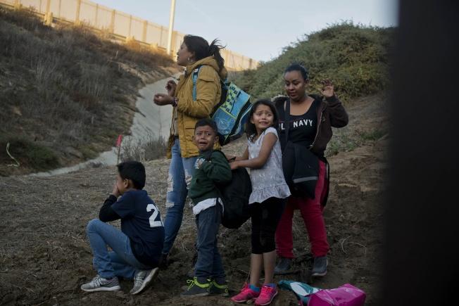 川普總統下令要ICE遣返最近偷渡入境的無證移民與家庭。圖為在墨西哥提璜納的宏都拉斯無證移民一家大小,準備偷渡美國。(美聯社)
