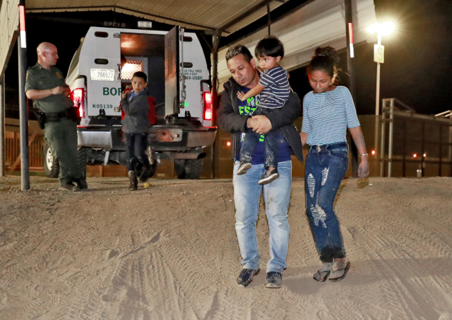 川普總統下令要ICE遣返最近偷渡入境的無證移民與家庭。圖為在亞利桑納州來自宏都拉斯無證移民一家大小,申請政庇失敗。(美聯社)