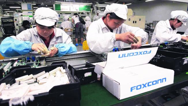 富士康的鄭州廠裝配蘋果新iPhone,生產線作業狀況。(本報系資料庫)