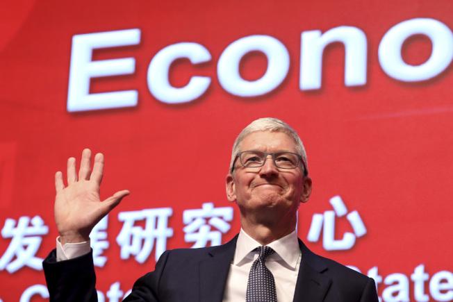 蘋果公司是美中貿易戰受創最深的科技公司,但也早有因應準備。圖為蘋果執行長庫克今年3月在北京出席經濟論壇。(美聯社)