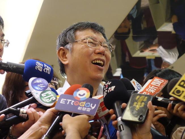 台北市長柯文哲笑說,藍綠應該要去思考,他「什麼都不做,就這樣子晃晃晃,民調就幾乎和你們都一樣」,這就代表做越多,人民越討厭你。(記者邱瓊玉/攝影)