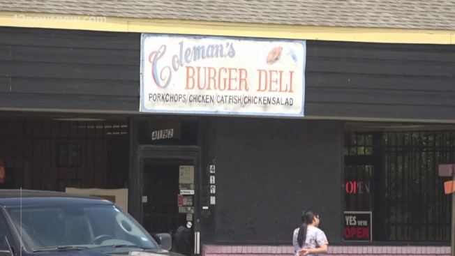 德州「 柯爾曼漢堡熟食店」的業主科爾曼及另外61人詐欺定罪,因為科爾曼用這61人的糧食券,為餐館購買數萬元的食材。(KHOU電視台截圖)