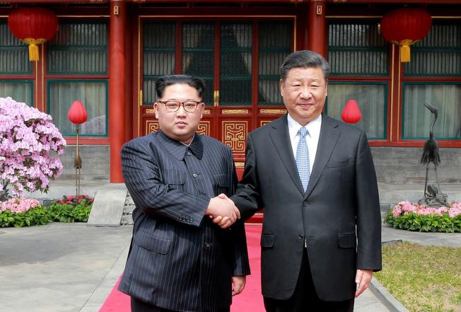 中國國家主席習近平20日起訪問北韓兩天。圖為北韓領導人金正恩(左)去年3月訪問北京時,習金兩人在釣魚台國賓館握手。(美聯社)