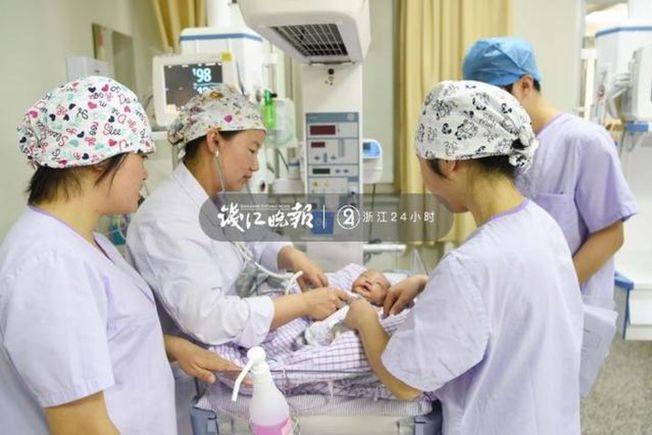 醫生給這個意外降臨的寶寶做檢查。(取材自錢江晚報)