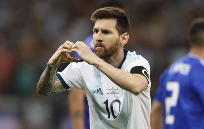 2019美洲杯,阿根廷第2場小組賽1:1踢平巴拉圭,暫居B組最後一名,晉級機會更加渺茫,圖為阿根廷球星梅西罰球命中後向場邊比愛心。(美聯社)