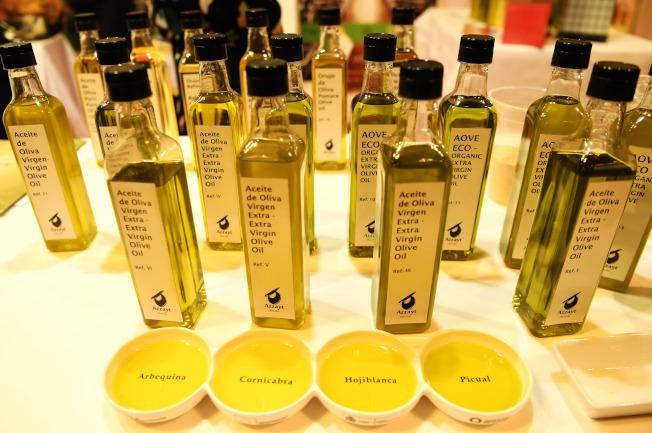 除了「油要經常換著吃」,選油也要根據自身的飲食習慣而定。圖為橄欖油。(新華社)