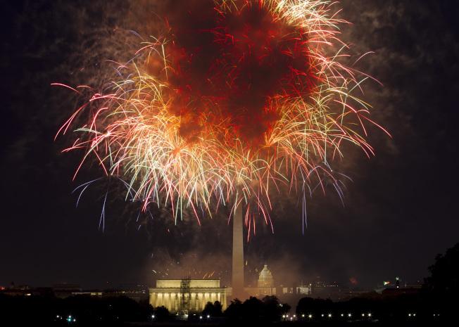 白宮19日首次確認今年國慶日的活動內容,包括川普總統演講。圖為去年7月4日國慶日在林肯紀念堂前施放的國慶焰火。(美聯社)
