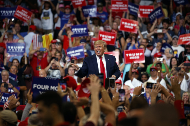 川普總統18日在佛州連任誓師大會,強勁造勢,兩天內募得3000萬元競選經費,成果驚人。(Getty Images)