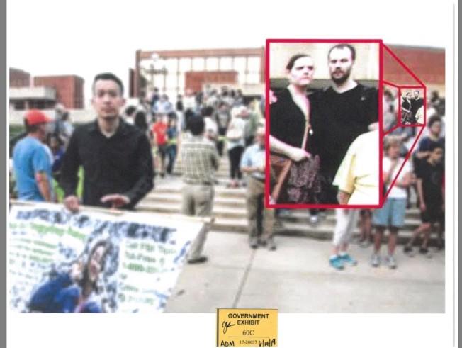 被告克里斯汀與女友布里斯參加兩年前伊大校園「為章瑩穎祈福遊行」。(聯邦檢察官辦公室)