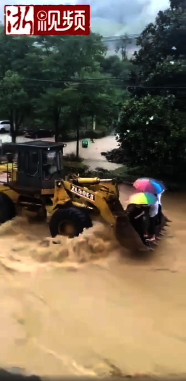 暖心!浙江霸氣鏟車哥  暴雨急流中救村民