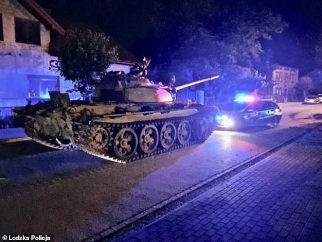 波蘭中部小鎮帕延奇諾(Pajęczno)日前有一名司機喝酒誤事,竟把冷戰時期的前蘇聯T-55型戰車開上大街兜風狂飆,如今面臨最重8年刑期。每日郵報/Lodzka Policja