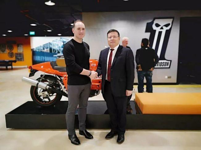 哈雷大衛森首席戰略官Luke Mansfield(左)與錢江摩托董事長余瑾(右)。搜狐機車