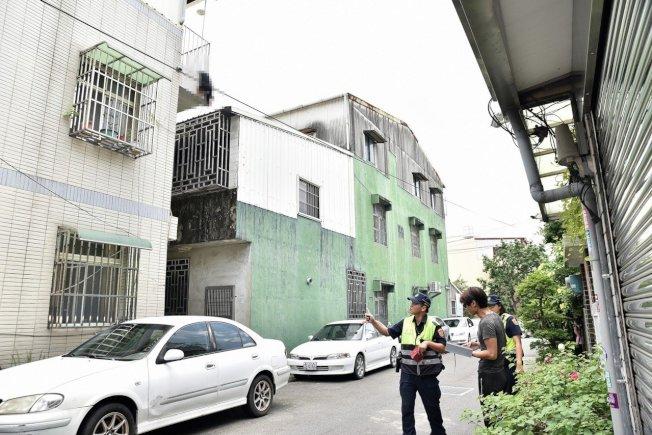 吳育才和警方約中午11時許趕到現場,「小黑」卡在3樓陽台欄桿上,地上流了一攤血。圖/吳育才提供