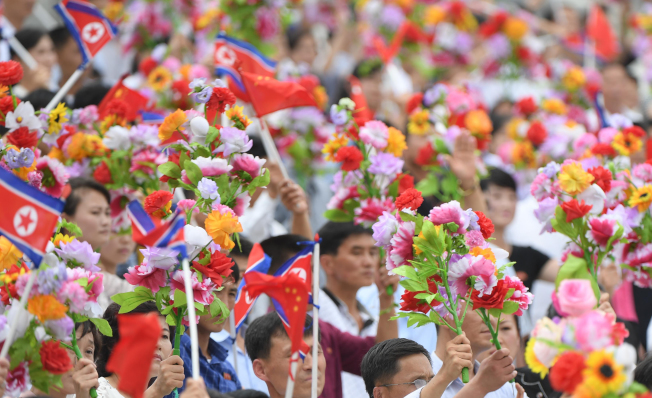 6月20日,中共中央總書記、國家主席習近平乘專機抵達平壤,開始對朝鮮民主主義人民共和國進行國事訪問。北韓民眾在錦繡山太陽宮廣場熱烈歡迎習近平。 新華社