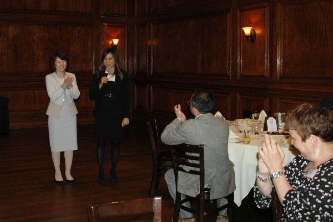 紐約人壽伊利諾州分公司招聘會上與嘉賓們的互動交流。