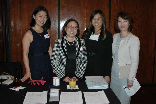 紐約人壽華裔市埸區域總監Katherine Lees(右二)、紐約人壽伊利諾州分公司經理楊維(右一)與其團隊業務代表Jenny To(左二)、Delia Collins(左一)在招聘精英酒會歡迎來賓蒞臨。