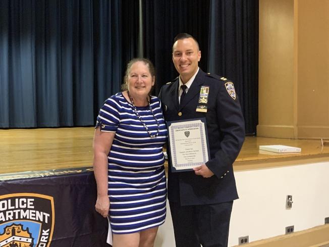 Heidi Harrison Chain(左)向局長Cermeli頒發獎狀,感謝他上任112分局局長一年來的努力。(記者賴蕙榆/攝影)