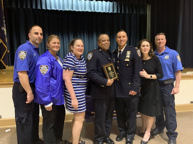 Cermeli(右三)向警員Irving Mercedes(右四)頒發本月最佳警員獎,右一和左一分別是社區事務官Keith Tuohey及John Maser。(記者賴蕙榆/攝影)