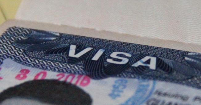 近來一些持中國護照者,申請H-1B及護照簽證延期時都被要求補件。(美聯社)