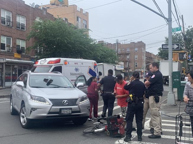 8大道20日發生一起車禍,一名華裔自行車騎士與一輛轎車相撞。(讀者提供)