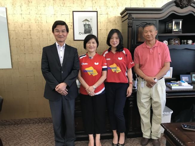 駐洛杉磯台北經文處處長朱文祥(左一)與嚴筱意(左二)、郭健民(右一)及USATT首位華裔女性CEO沈偉妮等合影。(記者啟鉻/攝影)