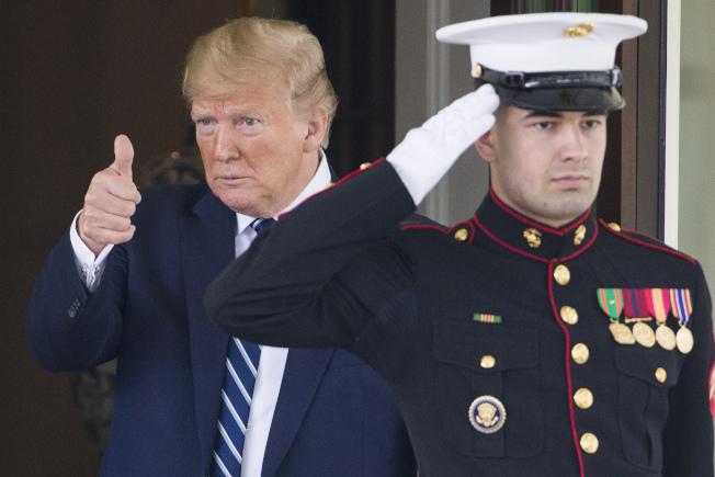 最新公布的民調結果顯示,絕大多數美國人認為,政壇充斥不尊重且偏離事實的負面言語,多與川普總統(左)口無遮攔有關。(美聯社)