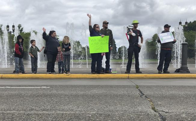 俄勒岡州一項具有里程碑意義的碳排放法案面臨反對 ,共和黨議員出走無法表決。圖為伐木工人在州議會外抗議。(美聯社)