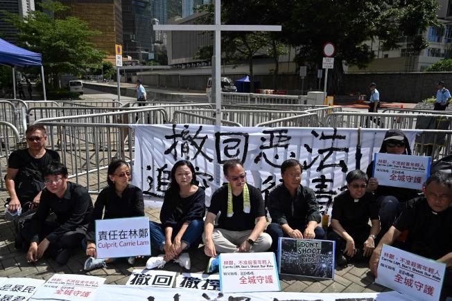 示威者在香港特首辦公室前靜坐,要求港府撤回《逃犯條例》修法。(Getty Images)