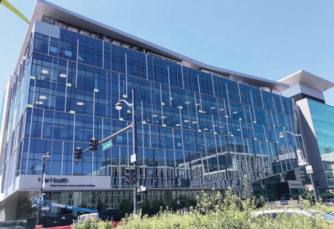 緊接米慎灣舊金山加大醫院(右)的貝克癌症精準醫學大樓(左)將於下周一啟用。(記者李秀蘭/攝影)