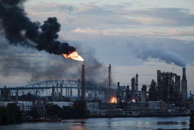 費城地區的東岸最大煉油廠21日凌晨發生爆炸,燃起的巨大火球沖向天空,爆炸造成四名煉油廠工人受輕傷。(美聯社)