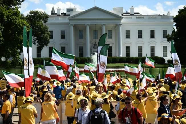 川普總統處境尷尬,差一點跟伊朗發生他不想要、在國內也不受歡迎的戰爭。圖為海外的伊朗人21日集聚在白宮前,支持川普推翻伊朗政權。(美聯社)