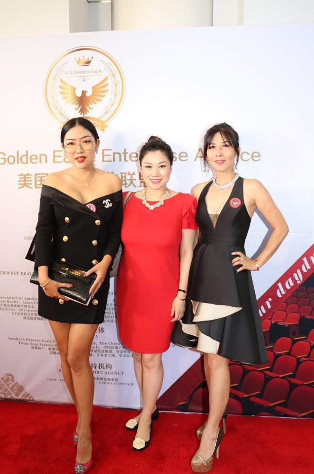 華美裝修公司負責人Victoria(左一)與友人盛裝與會。