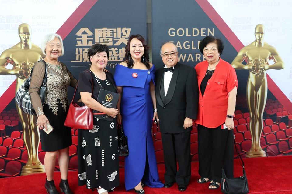 Keller Williams資深經紀人王藝達(Ada Wang,左三)獲獎,與母親(左一)分享榮耀。