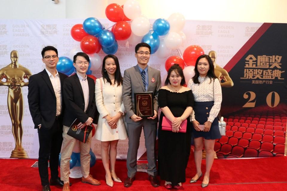 GPI投資公司負責人Alex(右三)率員工前來領獎,在紅地毯上留影。