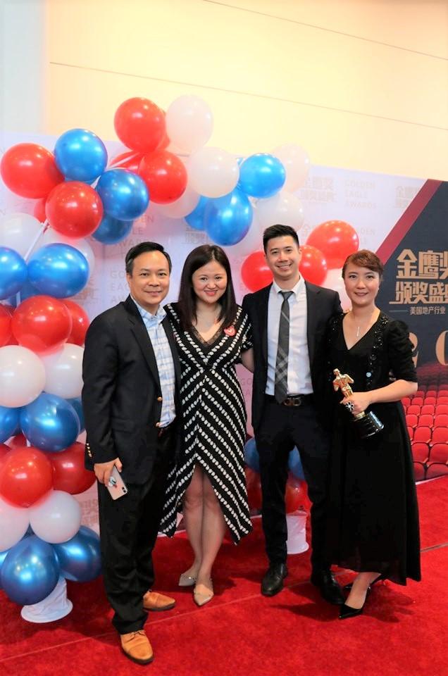 美聯地產負責人Helen Go(右一)獲獎,與弟弟Ben Ho(左一)等分享榮耀。