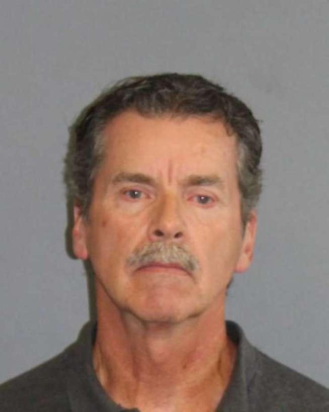 康州男子康納斯因協助癌症末期的妻子自殺,被控殺人罪,21日在康州高等法庭過堂後獲准保釋。(康州州警照片)