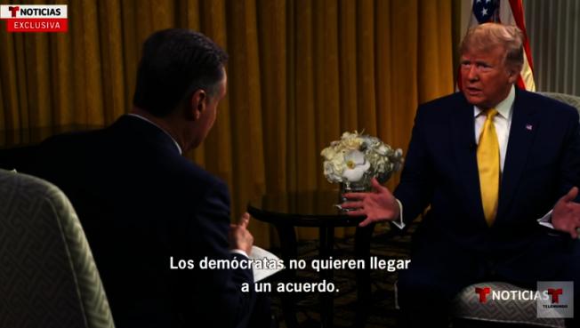 川普總統(右)日前首次接受收視率很高的西語電視台Telemudo的專訪,自稱在拉丁裔社區的支持率很高,但主持人不同意。(截自視頻)
