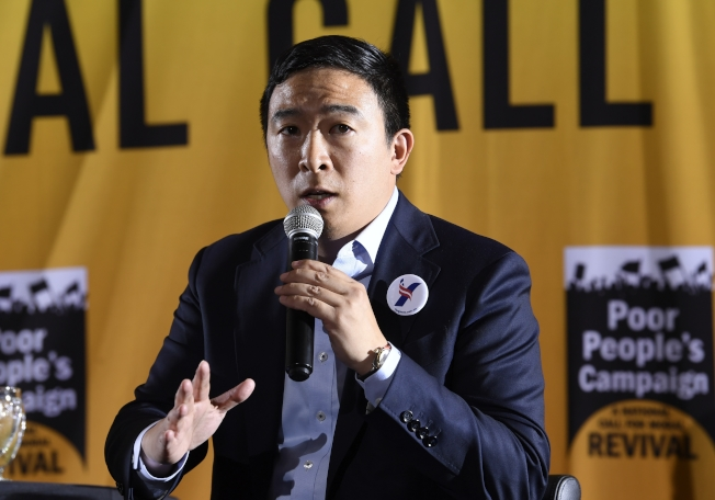 民主黨初選華裔參選人楊安澤日前在華盛頓州參加政見發表會。(美聯社)