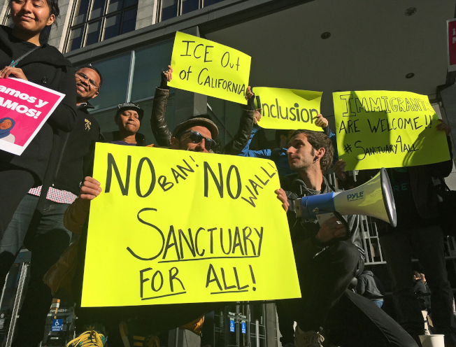國土安全部ICE計畫23日起在全美搜捕有重刑前科的無證移民,再遣送出境。加州維權者要ICE退出庇護城市。(美聯社)