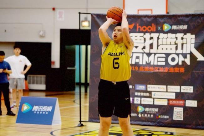 艾德菲大學華人籃球隊6號球員張洪亮獲得參加「我要打籃球」節目錄製機會。(主辦方提供)