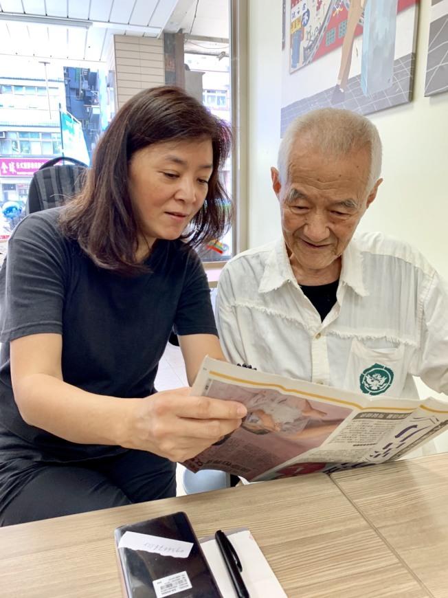 陳玉蓮(左)赴台尋親成功,憑一張照片和表叔團聚。(圖:周遊提供)