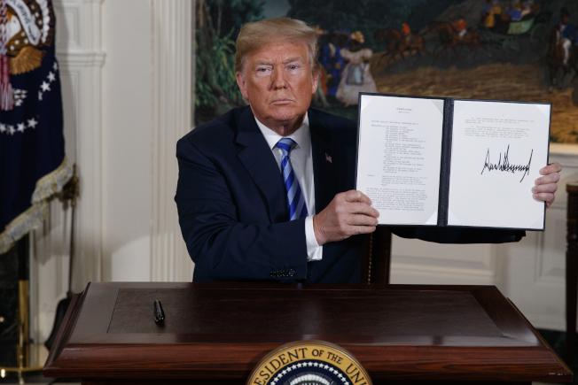 伊朗情勢演變的關鍵之一,是美國退出伊朗核協議。圖為去年5月8日川普簽署退出核協議的行政命令。(美聯社)