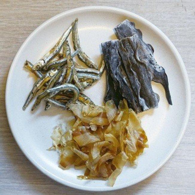 用昆布、小魚乾跟柴魚片熬煮的日式高湯特別鮮美。圖/太陽臉