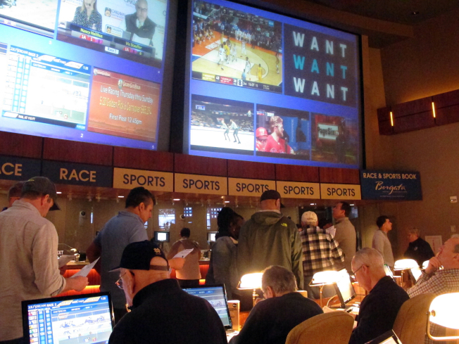 新州大西洋城百佳利賭場一群賭客,今年3月就全國大學體育協會的男籃比賽排隊下注。(美聯社)