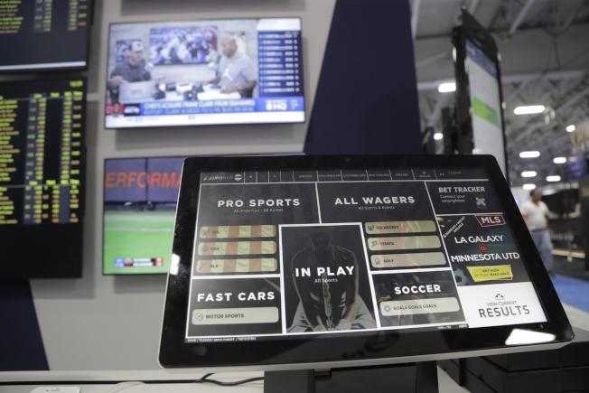 在新州錫考克斯美國體育賭博會議中,一部屏幕展示出「Playtech」公司的投注軟體。(美聯社)