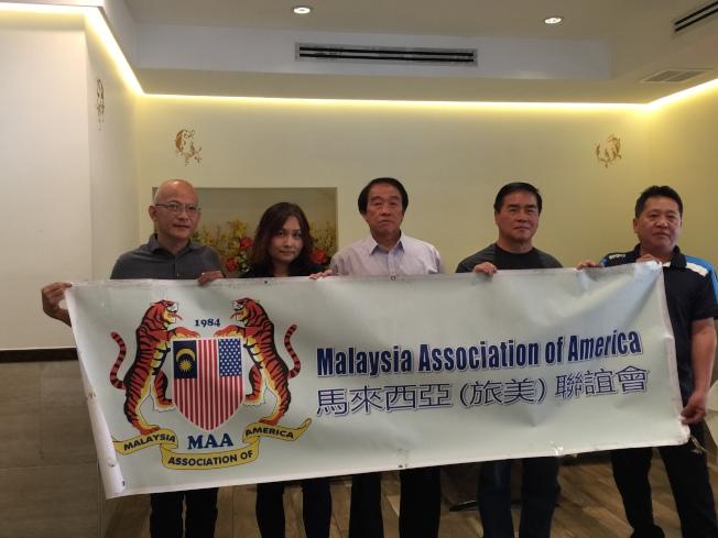 邦君雄(左三)等人表示將協助華裔工友維權。(記者黃伊奕/攝影)